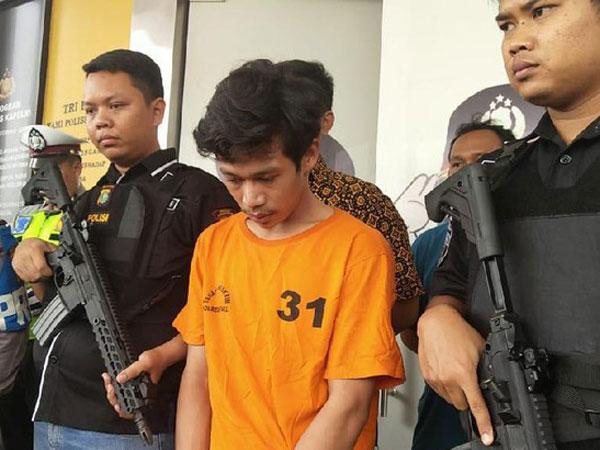 Berbaju Tahanan, Adi yang Preteli Motor Saat Ditilang Dijerat 2 Sangkaan Sekaligus!