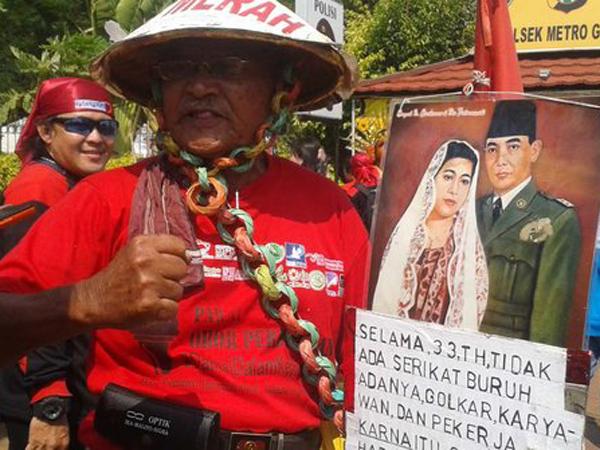 Kakek 82 Tahun Ini Ramaikan Demo Buruh di Istana Negara dengan Kostum Uniknya