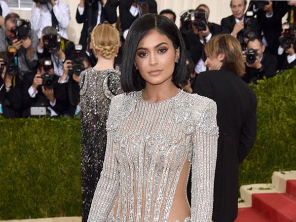 Demi Tampil Cantik di Met Gala 2016, Kylie Jenner Rela 'Lukai' Tubuhnya?