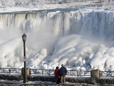 Wah, Suhu Ekstrim Mampu Bekukan Air Terjun Niagara