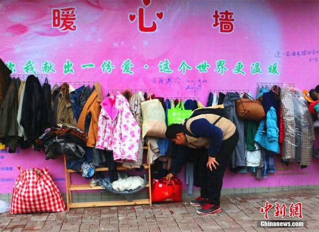 Uniknya, Warga Ini Gantung Baju di 'Tembok Kebaikan' Untuk Tunawisma