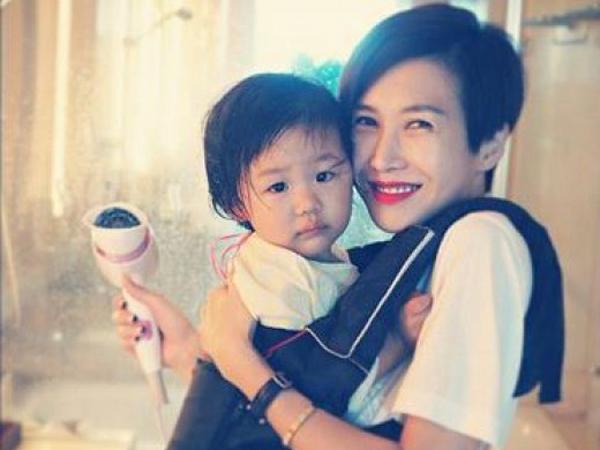 Istri Uhm Tae Woong Beberkan Alasan Suami dan Anaknya Tinggalkan 'Superman Returns'