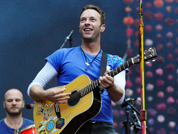 Tanggapi Penggemar Lewat Ajakan Kencan, Chris Martin Bikin Heboh Penonton di Konser Coldplay