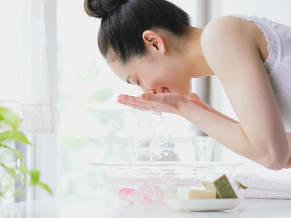 Mencuci Muka yang Tepat Jadi Kunci untuk Miliki Wajah Bersih dan Sehat Alami