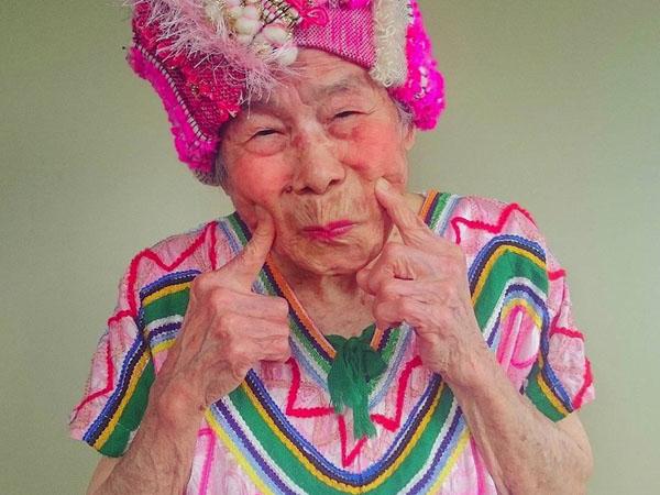 Wow, Nenek Ini Populer Karena Jadi Model Pakaian Cucunya