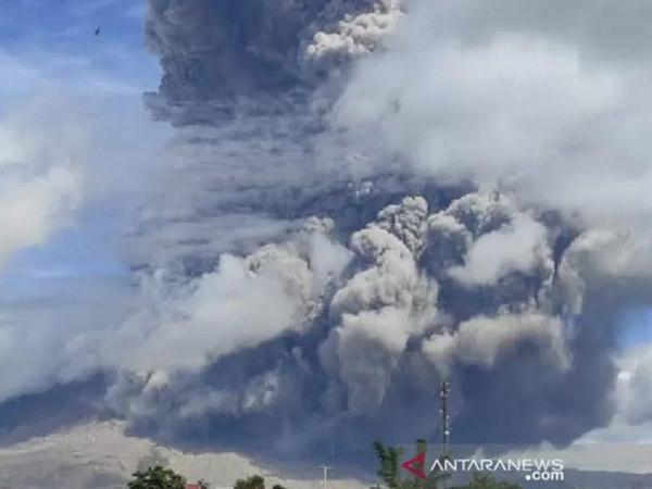 Kesaksian Warga Berastagi Saat Gunung Sinabung Erupsi Senin Pagi