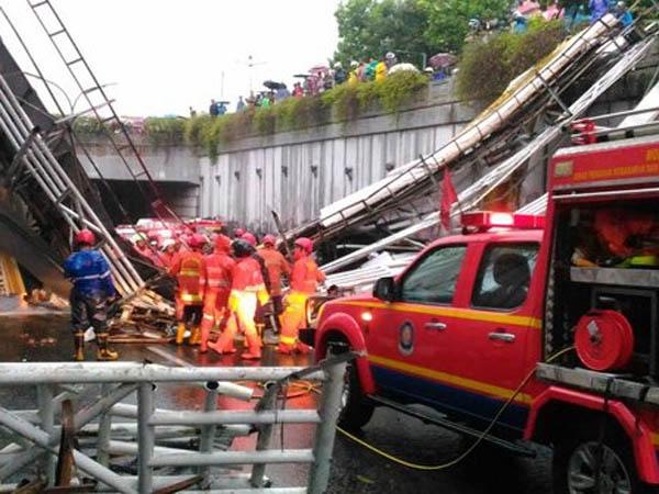 Jembatan Penyebrangan di Pasar Minggu Rubuh, 3 Orang Tewas