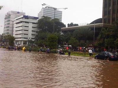 Thamrin Tergenang Banjir, Ratusan Kendaraan Terjebak