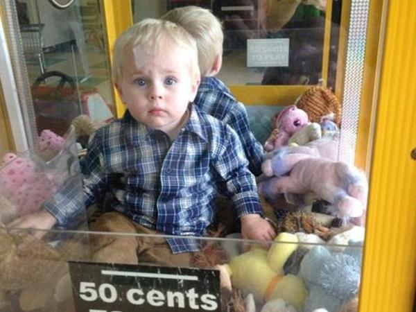 Penasaran dengan Boneka, Bocah 18 Bulan Ini Terjebak di Dalam Mesin Permainan!