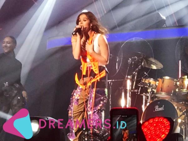 Penampilan Memukau Hailee Steinfeld di SHVR Ground Festival Yang Sukses Buat Fans Histeris