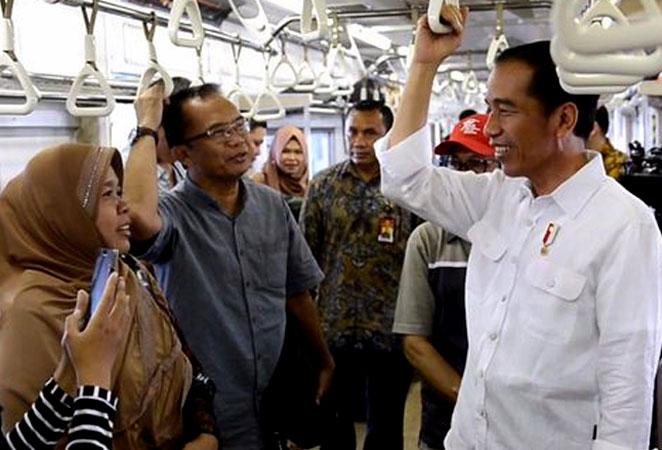 Alasan Dibalik Kegiatan 'Dadakan' Presiden Jokowi yang Naik Commuter Line Jakarta-Bekasi