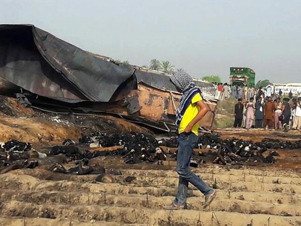 Truk Tangki Bahan Bakar Meledak di Pakistan Tewaskan 140 Orang