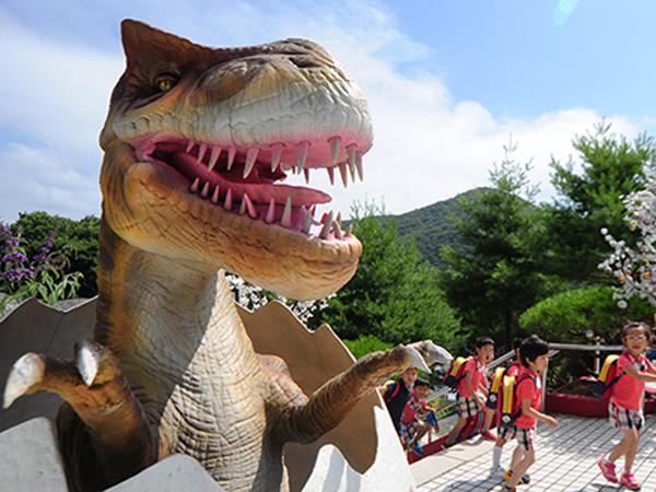 Taman Bermain di Namhae Ini Bawa Pengunjung Kembali Ke Zaman Purba