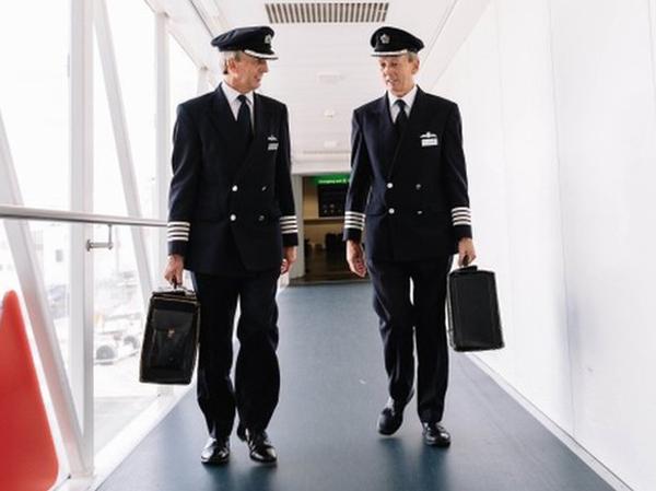 Unik, Pilot Kembar Ini Pensiun Bareng dan Lakukan Pendaratan Terakhir Berselang 30 Detik