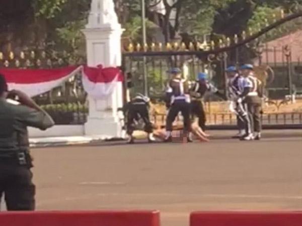 Begini Video Viral Paspampres 'Hantam' Pria Bugil yang Berusaha Masuk Gerbang Istana