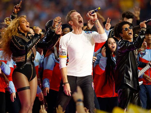 Aksi Spektakuler Coldplay, Bruno Mars, dan Beyonce Sukses Gebrak Panggung Super Bowl 50