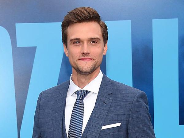 Aktor 'The Flash' Hartley Sawyer Dipecat karena Komentar Rasis