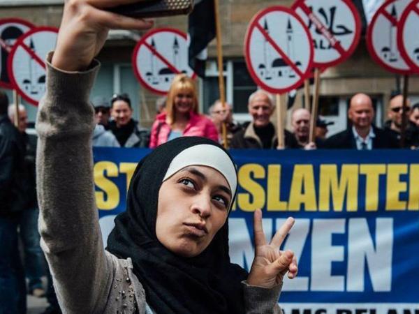 Jauh Dari Kekerasan, Intip Cara Muslimah Ini Hadapi Pendemo Anti-Muslim