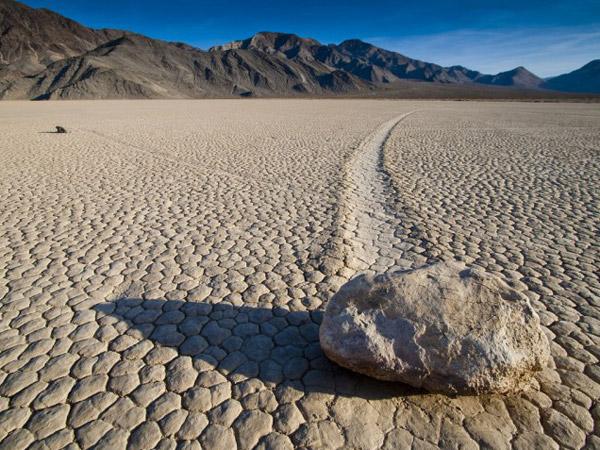 Dari Ulah Alien hingga Magnet Raksasa, Begini Penjelasan Fenomena Batu 'Berjalan' Lembah Maut