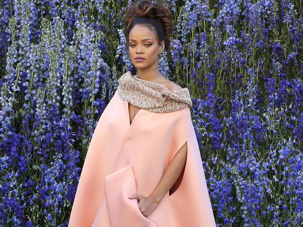 Coat Dress Unik Rihanna di Paris Fashion Week, Yes or No?