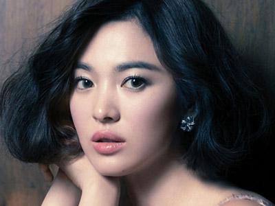 Fans Membludak, Song Hye Kyo Hampir Alami Kecelakaan di Eskalator!