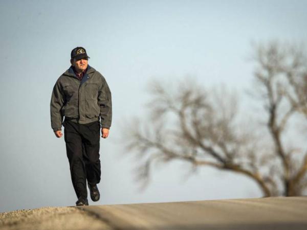 Untuk Biayai Istrinya yang Sakit, Pria Ini Berjalan Puluhan Kilometer untuk Bekerja