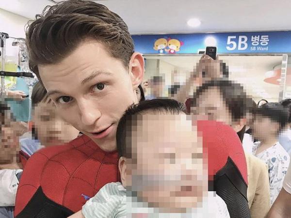 Aksi Tom Holland Berkostum Spider Man Kunjungi Pasien Anak-Anak di Korea