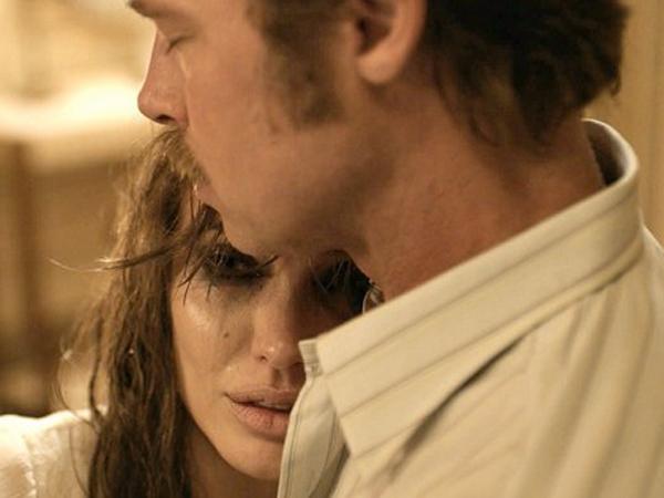 Main Film Bareng dan Sutradarai Brad Pitt, Ini Hal Teraneh yang Pernah Dilakukan Angelina Jolie