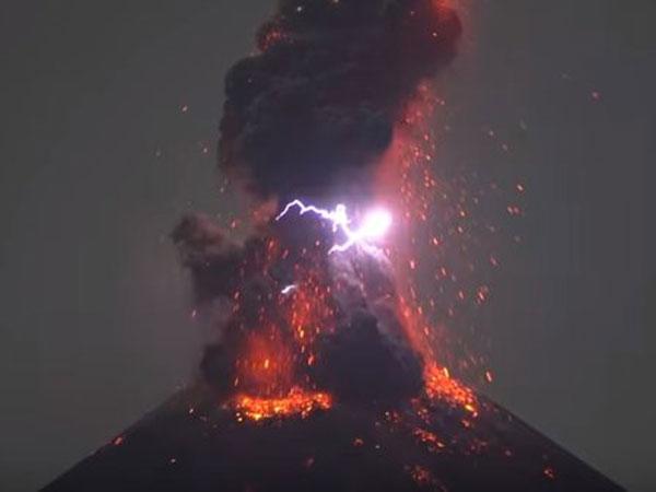 Kabar Terkini Gunung Anak Krakatau yang Meletus dan Muntahkan Abu Setinggi 2 Kilometer