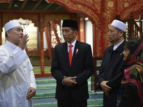 Sempatkan Salat, Presiden Jokowi Sebut Masjid Tertua di Beijing Simbol Islam Toleran