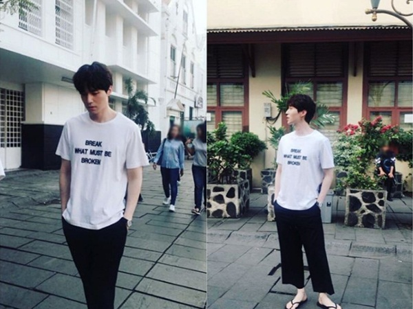 Lee Dong Wook Jalan-Jalan Santai Pakai Sandal Jepit di Kota Tua Jakarta