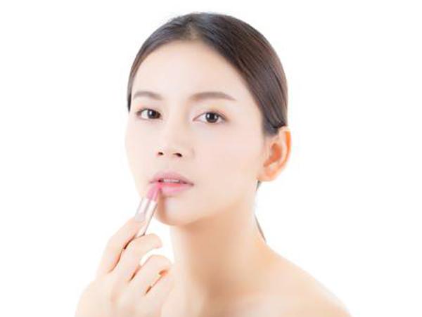 Stop Kebiasaan Ini, Jika Tidak Ingin Merusak Bibirmu!