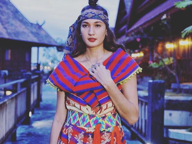 Inspirasi Outfit Unik nan Cantik Artis Pakai Kain Tenun, Bisa Kamu Tiru untuk Kondangan! (Part 2)