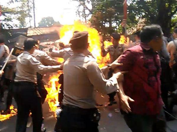 Polisi yang Terbakar Ketika Amankan Demo Cianjur Meninggal Dunia