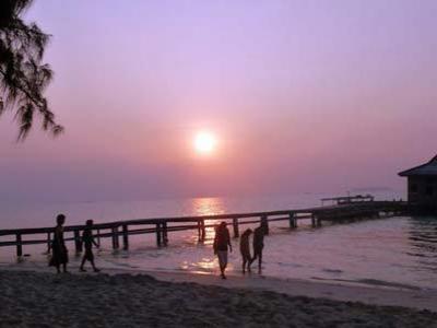 Nikmati Pesona Sunrise di Pulau Terpencil
