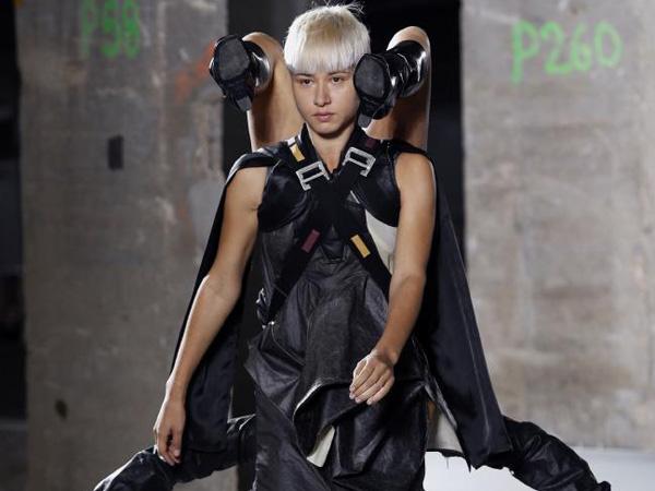 Unik, Para Model Ini Gendong Model Lainnya Secara Terbalik di Paris Fashion Week!