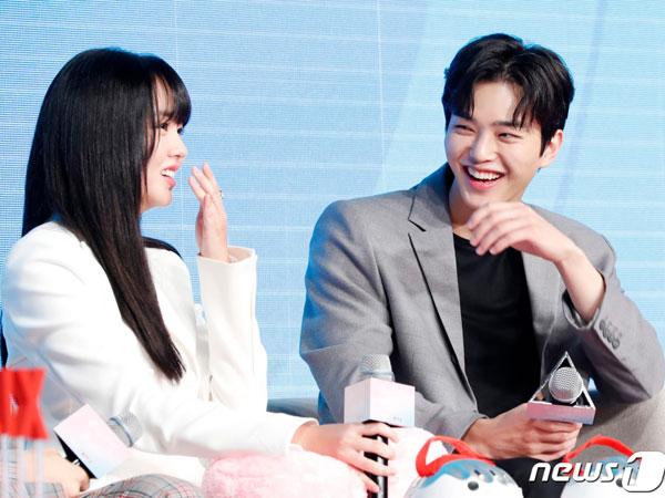Song Kang Ungkap Bagaimana Kim So Hyun Buat Kepercayaan Dirinya dalam Berakting Naik