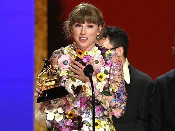 Menang Album of The Year Grammy, Taylor Swift Berterima Kasih ke Ryan Reynolds dan Keluarga