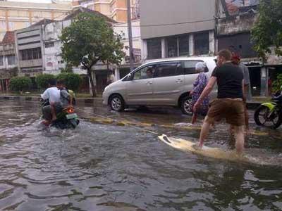 Kebanjiran, Bule Malah Bergembira Berselancar