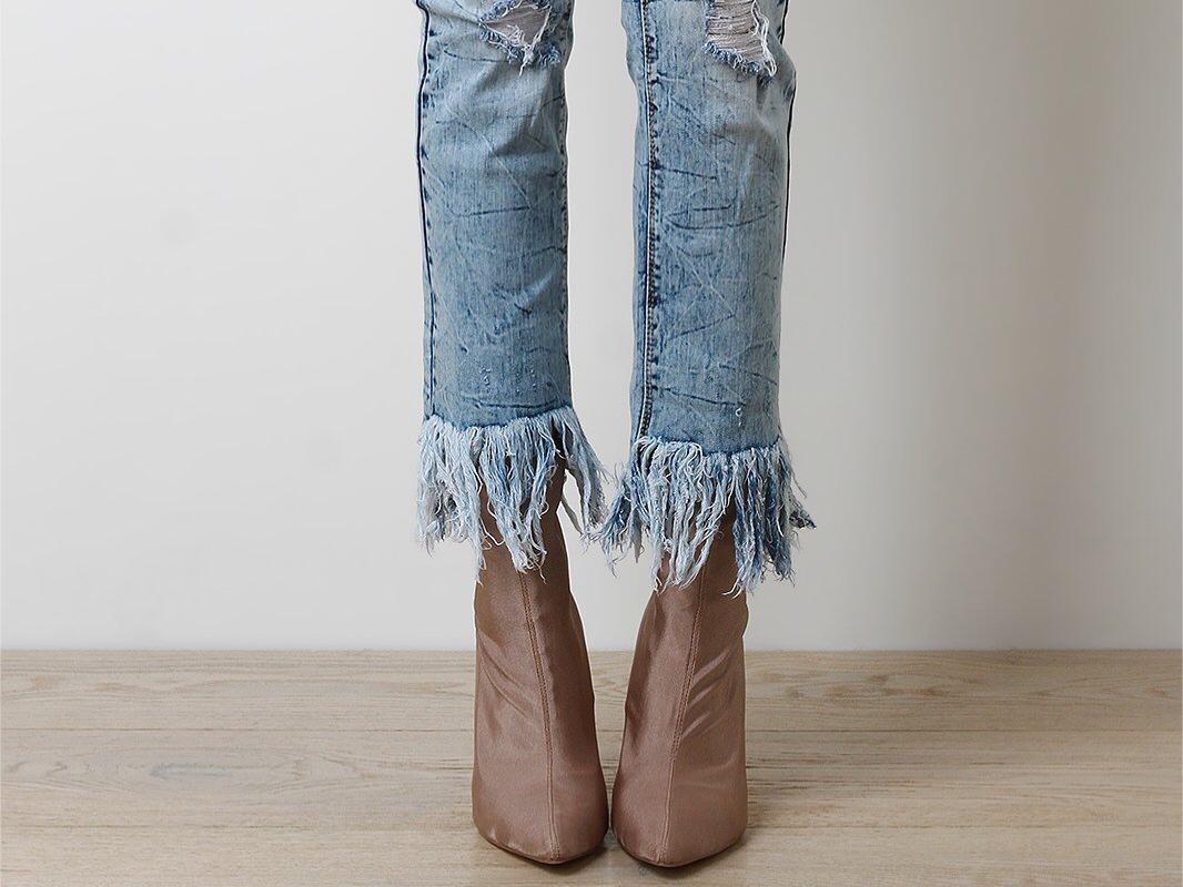Terlihat Berantakan? Simak Tips Ubah Celana Makin Keren dengan Gaya Frayed Jeans