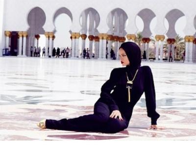 Foto Di Depan Masjid, Rihanna Terlihat Mengenakan Jilbab