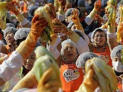 Wow, Ibu-ibu Korea Bikin 250 Ton Kimchi Untuk Pecahkan Rekor