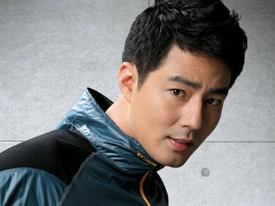 Jo In Sung Bagi Coklat Untuk Staff Wanita 'That Winter the Wind Blows'
