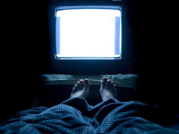 Kebiasaan Tidur dengan Televisi Menyala Bisa Sebabkan Depresi