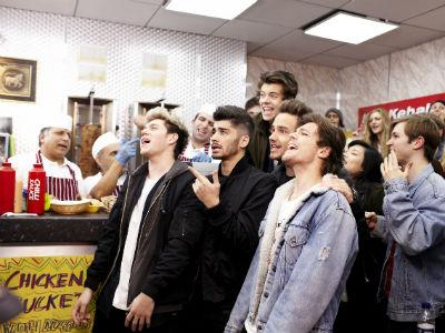 Duh, One Direction 'Membajak' Restoran Kebab di London!