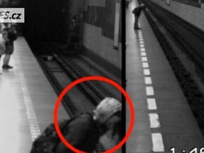 Wow, Wanita Ini Selamat Setelah Jatuh di Bawah Kereta