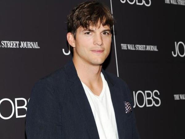 Intip Cara Manis Ashton Kutcher Ucapkan Terima Kasih untuk Sang Ibu