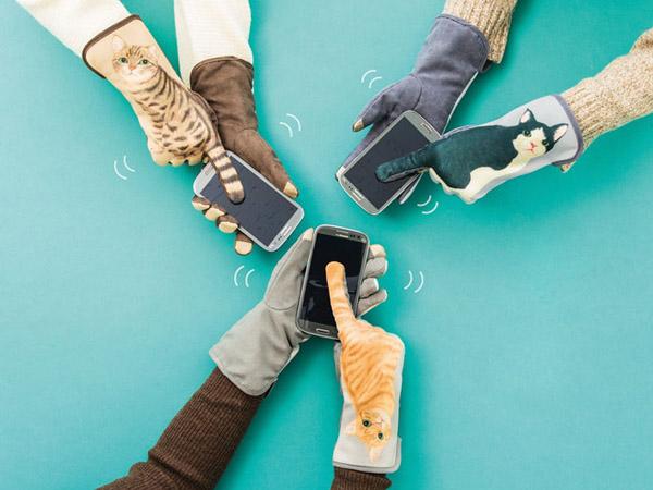 Lucunya, Gunakan Sarung Tangan Ini Seperti Melihat Buntut Kucing Yang Bergerak di Layar Handphone