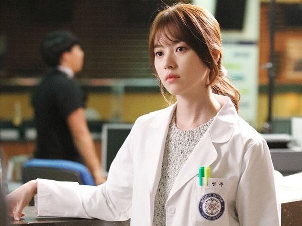 Cantiknya Han Hyo Joo Kenakan Jas Dokter di Foto Teaser Drama 'W'