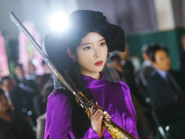 Bedah Tuntas Fashion Glamour IU Dalam Drama 'Hotel Del Luna'